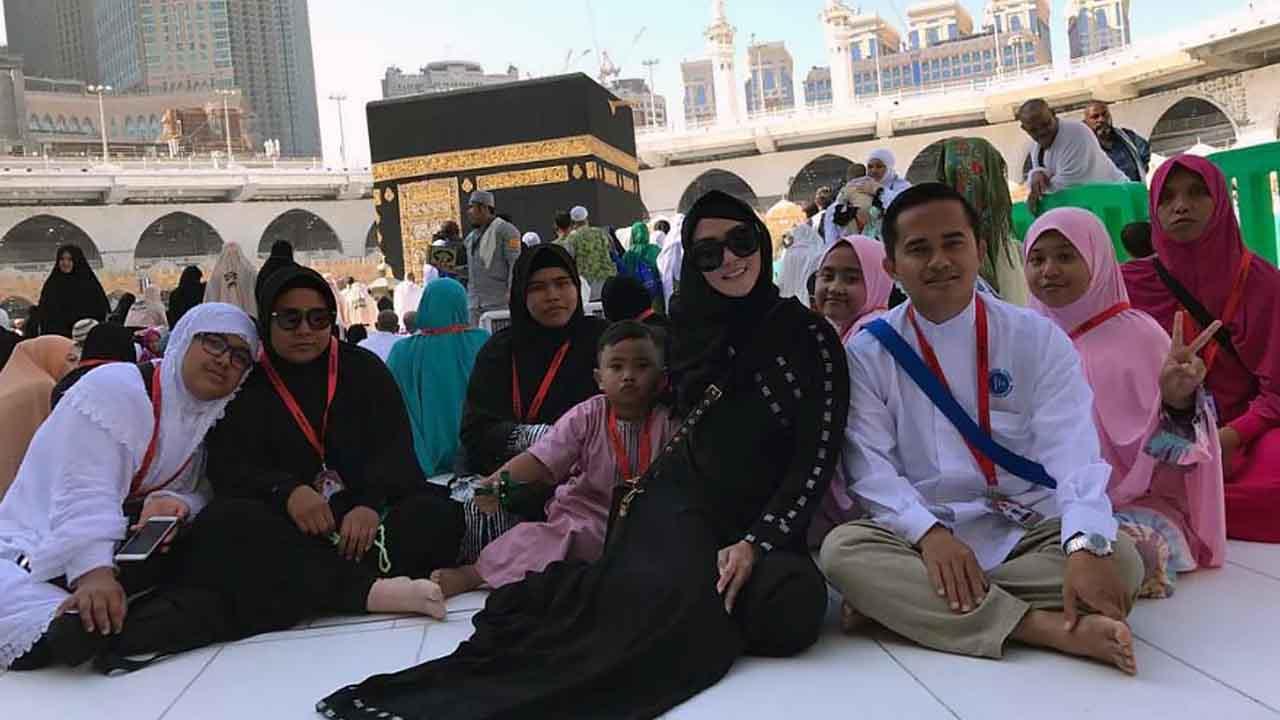Bebizy Berdoa di Depan Ka'bah