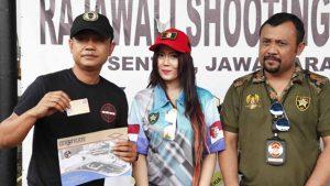 Neng Oshin Dapat Kartu Anggota Menembak