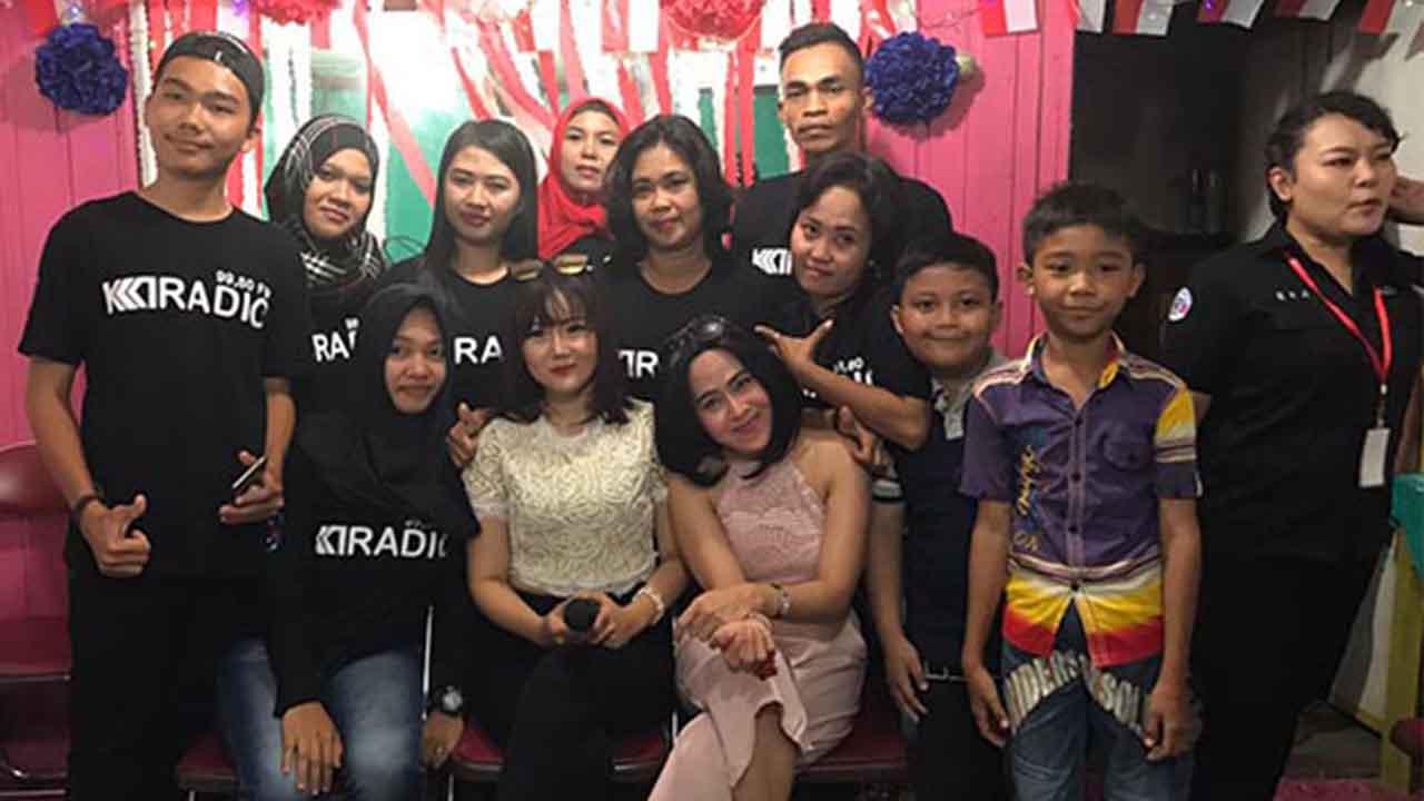 Neng Oshin Visit Radio dan Menghibur Warga Tanjung Jabung Barat