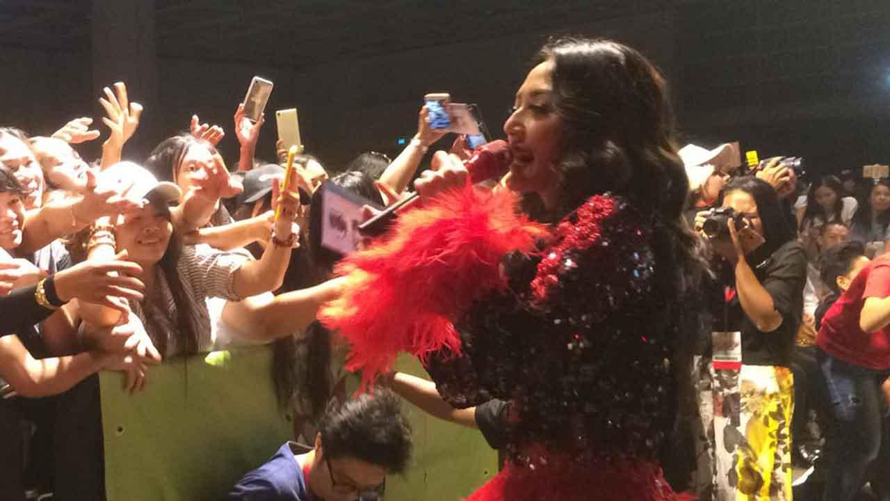 Siti Badriah Kangen-kangenan Dengan Fans di Hong Kong