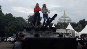 Sherly May Aksi di Atas Tank di Inbox SCTV