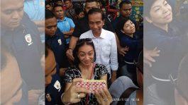 Selfie Monica Selvia dengan Jokowi