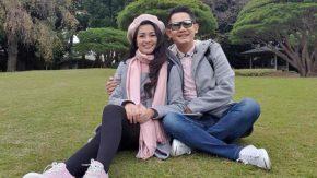 Fitri Carlina dan Suami Berdoa di Tengah Keindahan Momiji