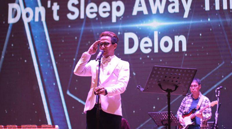 Delon Bawain Lagu Don't Sleep Away di Depan Daniel Sahuleka