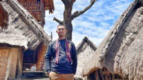Di Lombok, Andi Merpati Berfoto di Bawah Pohon Cinta