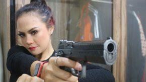 Di Tangan Sarah Sova, Pistol Berubah Jadi Hal yang Sexy