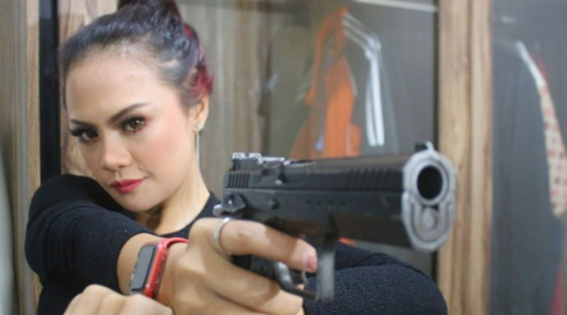 Di Tangan Sarah Sova, Pistol Berubah Jadi Hal yang Seksi