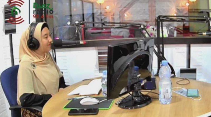 Larrasati, Selain Jadi Penyanyi Juga sebagai Penyiar Radio Diaz 98.4 FM