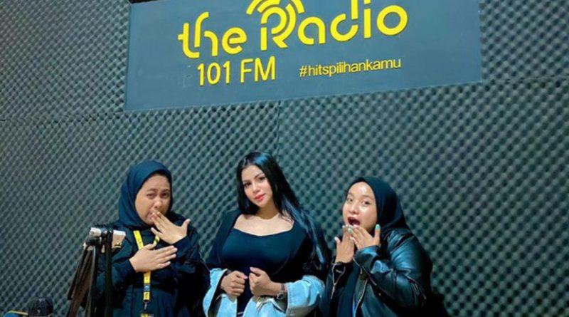 Pulang ke Kendari, Tisya Erni Diwawancara Radio Soal Gosip